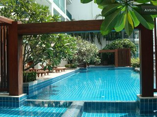 Tasteful, modern, city pad w/pool/gym/laundry near Asoke BTS/Sukumvit MRT