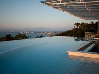 Avalon-Luxury Condo overlooking the Bay, Puerto Vallarta