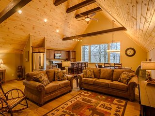 4BR Chalet with Beech Mtn Club Privileges, Seasonal Outdoor Living Room, Stone Fireplace, Large HD TVs with BlueRay Players & Expanded Digital Cable Programming, Close to Ski Slopes, Clubhouse & Golf Course, Beech Mountain