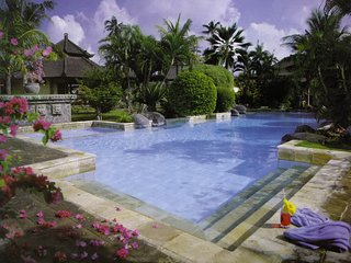 Large 2 Bedroom. Sleeps 5, large central pool Central location L6, Seminyak