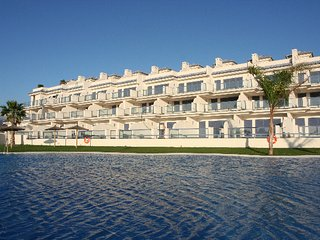 Apartamento piscina, jacuzzi, wifi, garage, front to the sea, close to old town.