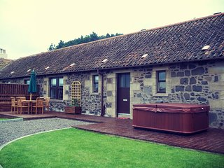 Cherry Blossom Cottage with Private Hot Tub in Fife