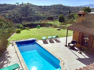Casa Rural con piscina privada climatizada y amplio jardín