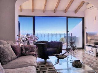 Spectacular deluxe house with amazing sea views,