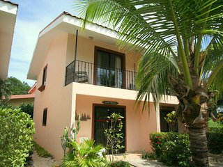 Kathys Corner - 2 story Condo - one of the smallest complex! Only 250 m to beach, Playas del Coco