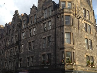 Holiday Apartment, Edinburgh Old Town - at the top of the Royal Mile!