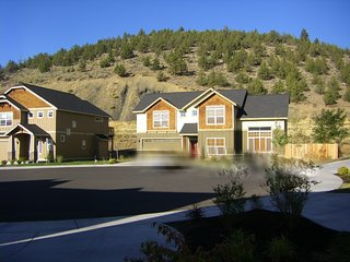 DEAL!  UPSCALE  HOME wkly/ntly-Sleeps 6-3 bd/2,5bth, CATHEDRAL CEILING, GARAGE, Bend