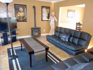 Sophisticated Hollywood Townhome W/ Amazon Firestick (Netflix)