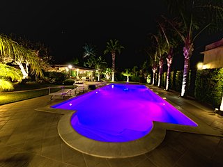 Villa Palme for 14 People and 4 Bedroom, Fabulous Pool, Chromotherapy, Garden.