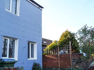WINDMILL COTTAGE, lovely holiday home, woodburner, en-suite, enclosed garden, in Littlehampton, Ref 940863