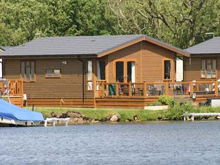 LAKESIDE LODGE, detached timber lodge, single-storey, en-suite, hot tub, on-site