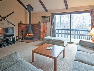 2BR Tannersville Townhome 100 Ft to Skiing!