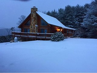 Log Cabin W/Mtn Views, Hot Tub & WiFi! Book A Vacation Today!, Crumpler