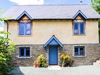 COOPERS YARD, woodburning stove, sun room, pet-friendly, Kington, Ref 5832