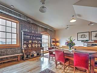 Historic 2BR Knoxville Apartment w/Wifi, Unique Furnishings & Gorgeous City/Mountain Views - Unbeatable Downtown Location! Walk to Restaurants, Museums, Nightlife & More!