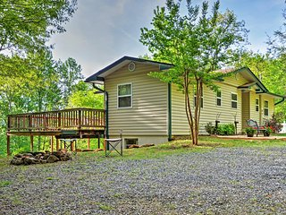 Peaceful 3BR Hiawassee Cabin w/Wraparound Deck