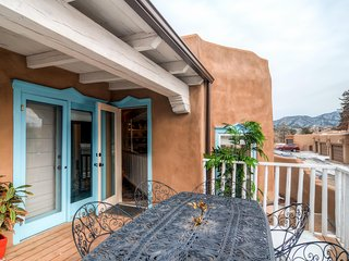 'Vista Hermosa' Gorgeous 2BR Santa Fe Condo w/Wifi, Private Patio, Kiva Fireplace & Stunning Sangre De Cristo Mountain Views - Walking Distance to Historic Plaza!