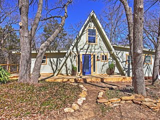 Beautifully Remodeled Lake Texoma 3BR + Loft A-Frame House w/Wifi, Fire Pit & Expansive Deck - Settled in a Gorgeous Wooded Area - Perfect Location w/Easy Access to Boating & Fishing at Lake Texoma!, Pottsboro