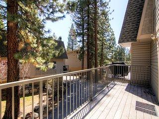 Terrific 3BR Lake Tahoe Townhome w/Wifi, Sauna & Private Garage - Minutes from the Lake & Diamond Peak Ski Resort!, Incline Village