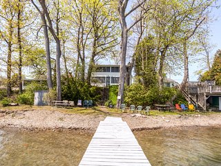 Simple & Relaxing 4BR Seneca Lake House w/Wifi, Screened Porch & Private Dock - Situated on a Quiet Beach Near Wine Country, Niagara Falls & More!, Penn Yan