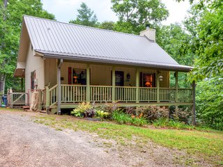 'Lorelai's Lair' Inviting 2BR Warne Cabin w/Fire Pit, 2 Covered Porches & Private Hot Tub - Unbeatable Location Close to John C. Campbell Folk School, Hiawassee, Brasstown & More!