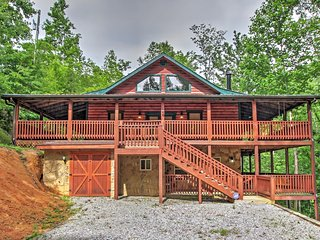 Serene 3BR Sevierville Cabin w/Wraparound Deck, Private Jacuzzi & Outdoor Bar/Kitchen - Easy Access to Big Smoky National Park, Gatlinburg & Pigeon Forge!