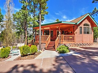 Terrific 1BR Show Low Cabin w/Spacious Deck & Access to Community Clubhouse! Enjoy Tremendous Privacy & Proximity to Golf, Skiing, Lakes, Casinos, Restaurants & More!
