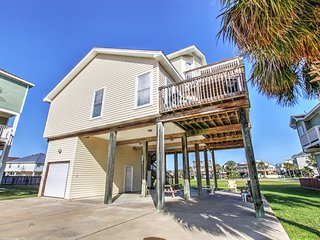 """The Saagar"" - Phenomenal 3BR Galveston House w/Wifi, Beautiful Decor & Outdoor Shower - Walking Distance to the Beach!"