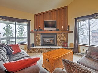 Scenic 2BR Silverthorne Condo w/Wifi, Breathtaking Views, Private Deck & Community Hot Tub Access - Close to Multiple Ski Resorts, Outlet Shopping & Restaurants!