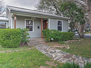 Quaint 3BR Austin Home w/Wifi, Gas Grill & Large Grassy Yard  - Walk to Several Popular Local Establishments! Just 10 Minutes from Downtown!