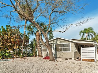 Cozy 1BR Treasure Island Cottage w/Wifi & Sizable Outdoor Seating Area! Awesome Location - Walk to Treasure Island Beach, John's Pass Boardwalk & More!