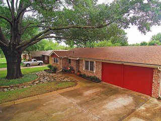 Comfortable 3BR Euless House w/Wifi, Updated Amenities & Large Fenced Yard