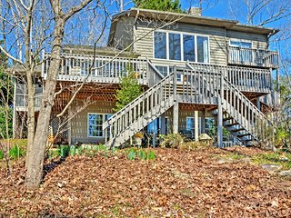 'Hanson's Haven on Hartwell' Modern 3BR Westminster House w/Wifi, Stunning Water Views, Private Dock & Community Pool Access - Terrific Lakefront Location! Close to Golf, Hiking & More!