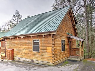 'A Walk in the Park' Lovely 1BR Gatlinburg True Log Cabin w/Wifi & Private Outdoor Hot Tub! Outstanding Location - Minutes from Skiing, Downtown, Smoky Mountain National Park & More!