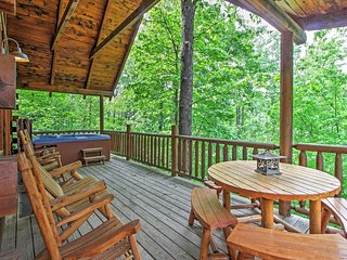 'Mountain Dreams' Tranquil 3BR Gatlinburg Cabin w/Wifi, Beautiful Mountain Views & Private Hot Tub - Great Location between Gatlinburg and Pigeon Forge