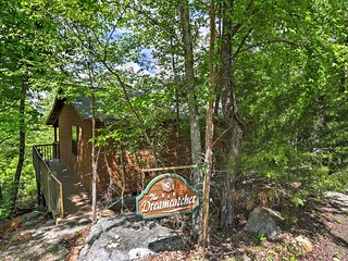 'Dreamcatcher Cabin' Incredible 2BR Mountain View Cabin w/Private Deck, Wood-Burning Fireplace & Stunning Bluff Views - Close to Phenomenal Fishing & Quaint Shops!