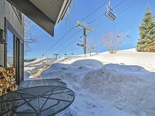 Handsome 5BR Steamboat Springs Townhome w/Wifi, Fireplace & Jacuzzi Access - Unbeatable Ski-In/Ski-Out Location! Easy Access to Skiing, Dining, Shopping & More!
