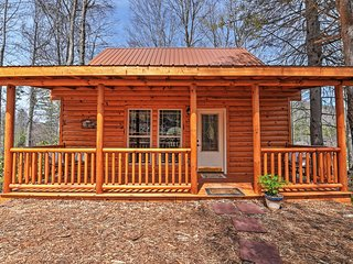 Secluded 2BR Roan Mountain Cabin w/Charcoal Grill & Large Deck - Great Location Near Skiing, Hiking & Race Tracks - Less Than 1 Mile to Town!
