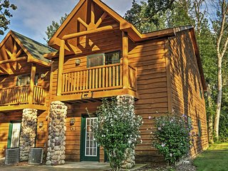Peaceful 2BR Utica Cabin w/Fireplace, Jetted Tub & Private Balconies - Near Endless Outdoor Activities at Starved Rock State Park! Military Personnel Welcome!