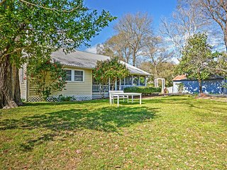 Delightful 3BR Northwest Houston Farmhouse w/Wifi, Large Screened Porch & Peaceful Views - Tranquil Rural Location! Easy Access to Numerous Area Attractions, Tomball