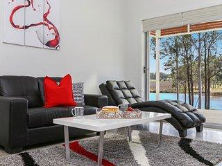Ironbark Villa 4 - Contemporary and Modern, Belford