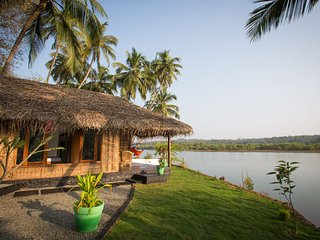 Luxury AC Riverfront Cottage, Rajbag Talpona River near Patnem / Palolem beaches