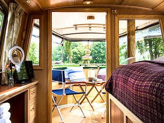 Narrowboat Grouse: Beds have luxurious sprung mattresses, duvets and traditional Welsh blankets.
