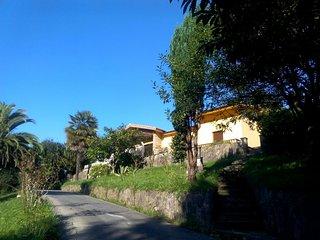 Casa rodeada de jardines y arboleda con cancha de tenis, a 500 m de playa Espana