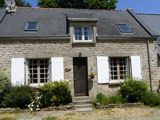 Luxury cottage with large shared heated pool set in 30 acres, Guemene-sur-Scorff