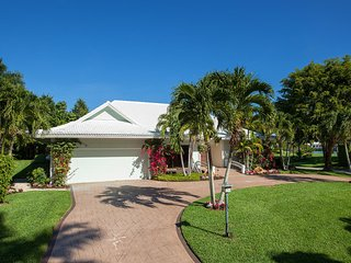 SABRE LANE - Classic Port Royal Home with Bay Views and Gulf Access Dock!, Nápoles