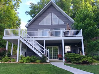 MY KIND OF PARADISE...FAMILY FRIENDLY, SMITH MOUNTAIN LAKEFRONT HOME!, Goodview