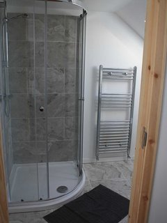 Each bedroom has an en-suite shower room with toilet and basin