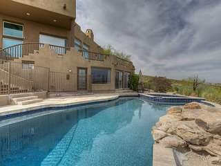 Southwestern Retreat Amazing Views: Free wifi, heated jacuzzi/pool