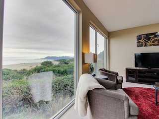 Oceanfront dog-friendly condo with fantastic ocean views and shared hot tub!
